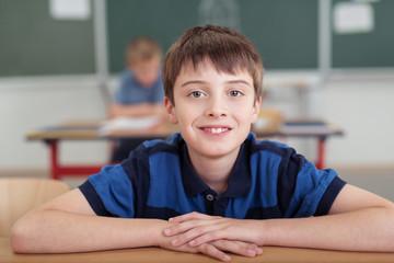 glücklicher junge in der grundschule
