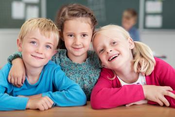 lachende kinder in der grundschule