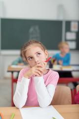 schüchternes mädchen im klassenzimmer schaut in gedanken nach oben