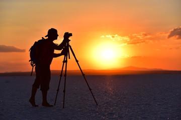 tripodla fotoğraf çeken fotoğrafçı