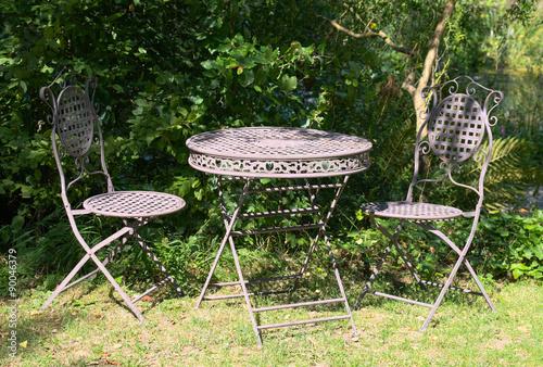 Alter Gartentisch Mit Stuhl Stockfotos Und Lizenzfreie Bilder Auf