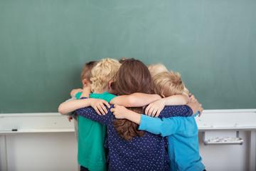 kinder in der grundschule sind ein team