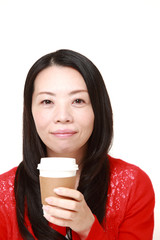 コーヒーブレイクをとる女性