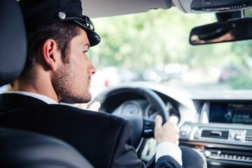 Male chauffeur riding car Fototapete