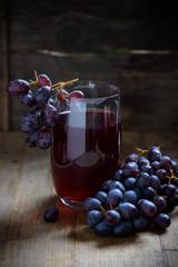 Fototapete - Traubensaft mit frischen Früchten