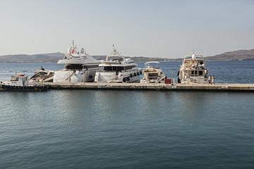 Schiffe im Hafen von Adamas auf der griechischen Insel Milos