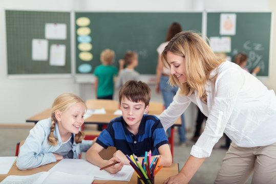 zwei lehrerinnen arbeiten in einer klasse