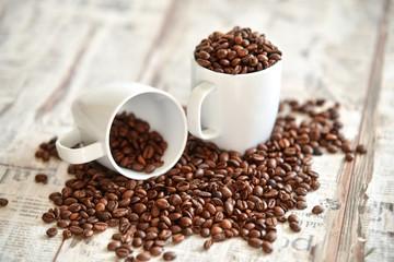 Gefüllte Tassen mit Kaffeebohnen