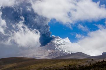 Active Cotopaxi volcano erupting Fototapete