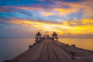 Foto op Aluminium Zee zonsondergang Wooded bridge in the port and sunset