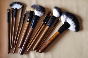 Czas na makijaż. Pędzle przygotowane do malowania.