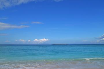 沖縄のビーチ/青い海に囲まれた楽園