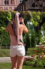 touriste prenant une photo dans un jardin public
