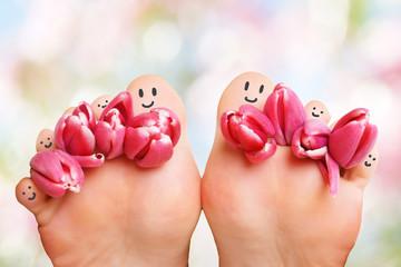 Füße mit lachenden Gesicht und Tulpen