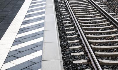 An der Bahnsteigkante