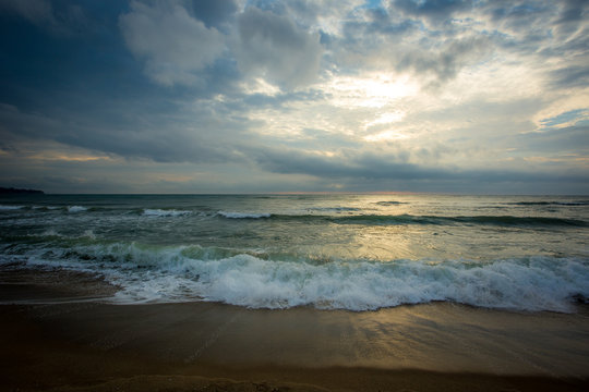 Sonnenaufgang über dem schwarzen Meer an einem bewölkten Morgen