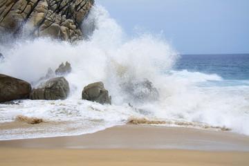 """Los cabos Baja California, es parte de una serie de tres imágenes  del """"agua que rompe en las rocas""""."""