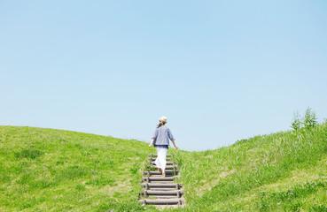 丘を登る女性