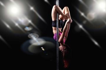 Junge Frau macht Pole Dance an der Stange, effekt