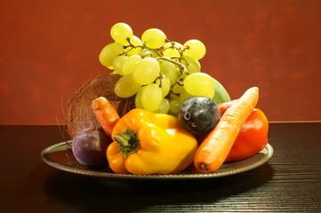 Piatto in Etain fin con ortaggi e frutta sul tavolo