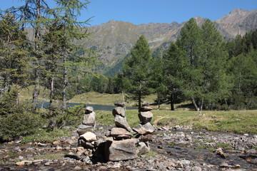 Fototapete - steinmännchen im gebirge