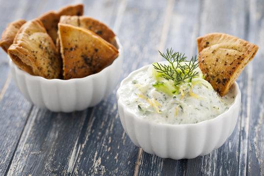 Tzatziki und Pita Chips