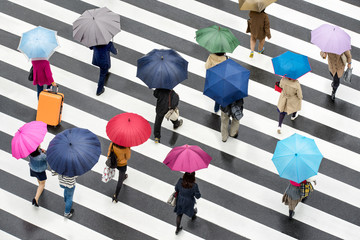 Menschen in Shibuya Tokyo Japan mit Regenschirmen