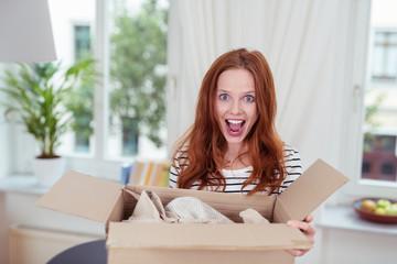 frau freut sich über ein paket