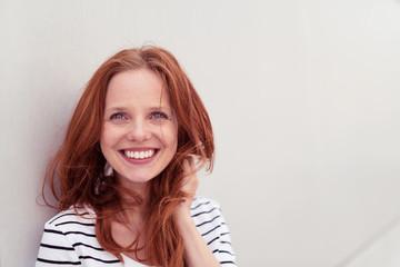 glückliche frau mit roten haaren und sommersprossen