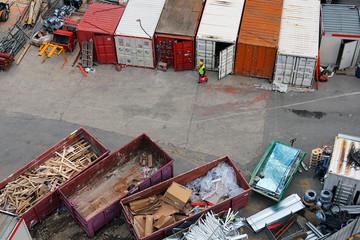 conteneurs et bennes à déchets sur chantier de construction