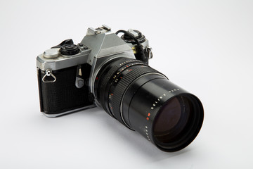 Macchina fotografica su sfondo bianco
