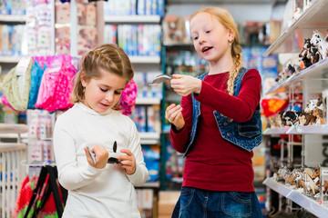 Kinder kaufen Spielzeug im Spielzeuggeschäft