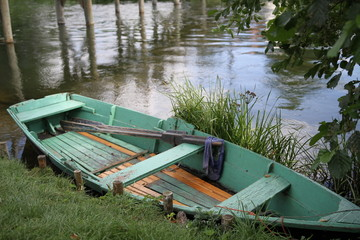 Opuszczona łódka nad rzeką
