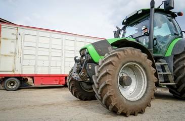 Fototapete - Schweinehaltung - Traktor und Viehwagen für Ferkel- und Schweinetransport