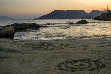 Espirales arena, mar, rocas, montaña