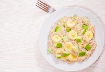 oatmeal with apple and bananas slices