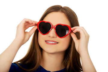 Teen woman wearing sunglasses.