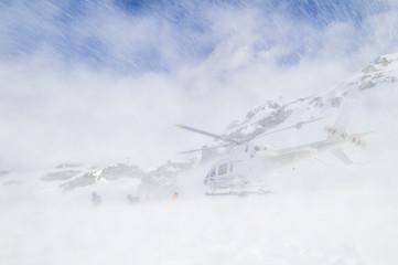 Hubschrauber landet im Schnee