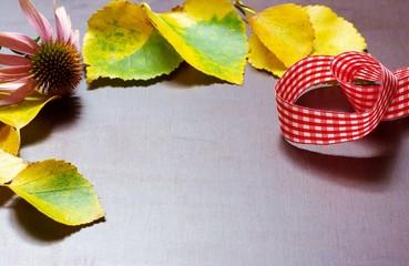 Herbstlicher Hintergrund mit Blättern rustikal