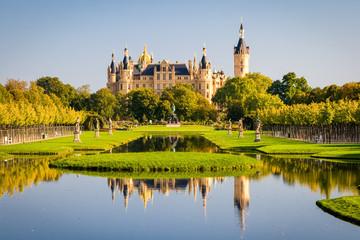 Schweriner Schloss spiegelt sich im See