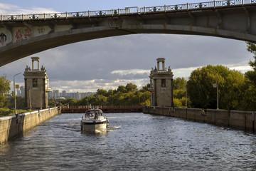 Шлюз канала им. Москвы. Мост над каналом.