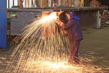 Arbeiter beim Brennschneiden in einer Fabrik