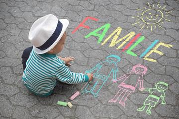 Kind malt mit Kreide - Familie