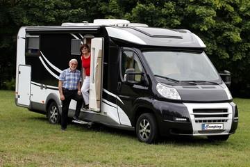Senioren beim aktiven Campingurlaub im Wohnmobil.ImageArchivist Demo