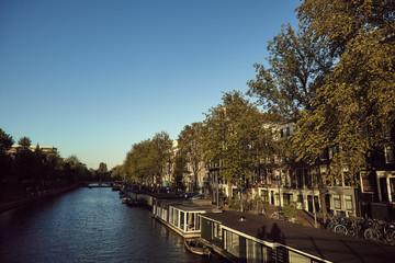 Vista de casas junto a canal em Amsterdão.
