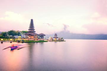 Papiers peints Edifice religieux Pura Ulun Danu temple on Beratan lake, Bali, Indonesia