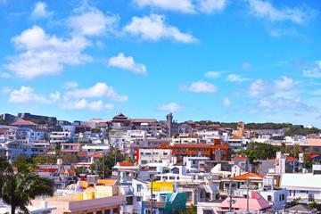 那覇市住宅街から首里城を望む