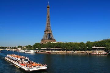 Promenade en bateau mouche à Paris, France