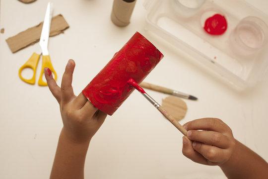 Pinturas infantiles de colores con pincel para manualidades en casa