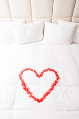 ダブルベッドと赤いバラのハート